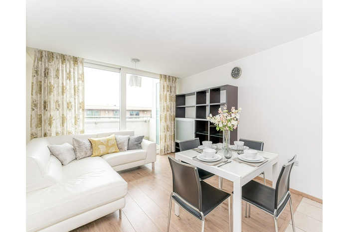 Exciting times in the Surrey Quays / Canada Water Masterplan redevelopment area, as we present you with this bright and spacious 2 bedroom – 2 bathroom apartment on the 7th floor with extensive views towards the city of London