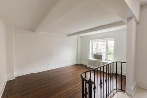 NO FEE Beautiful, Renovated, High Floor One Bedroom