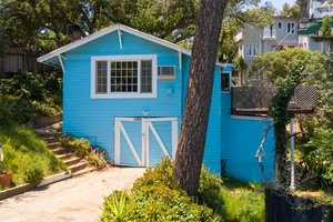 Charming 1 BR Artist Retreat in Historic Laurel Canyon! Views, jacuzzi, Parking! Must see!