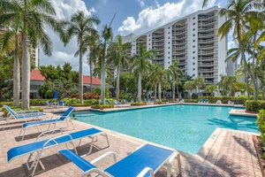 Renovated 2 Bed 2 Bath with Marina Access in Aventura, Miami