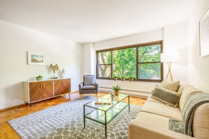 Beautiful sun lit 1 bedroom now available in Queensview !