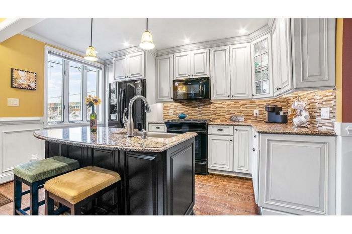 Lovely Townhouse in Old Mill Basin